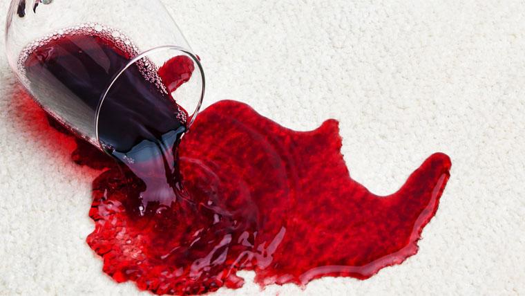 hogyan lehet eltávolítani a vörös foltokat a tisztítás után