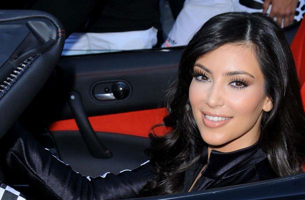 hogyan kezeli kim kardashian a pikkelysmr)