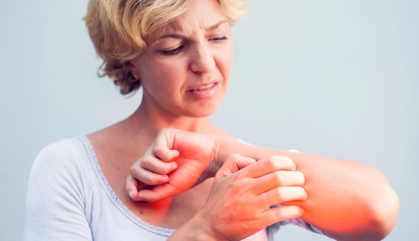 vörös foltok jelentek meg a gyomorban és a karokon)