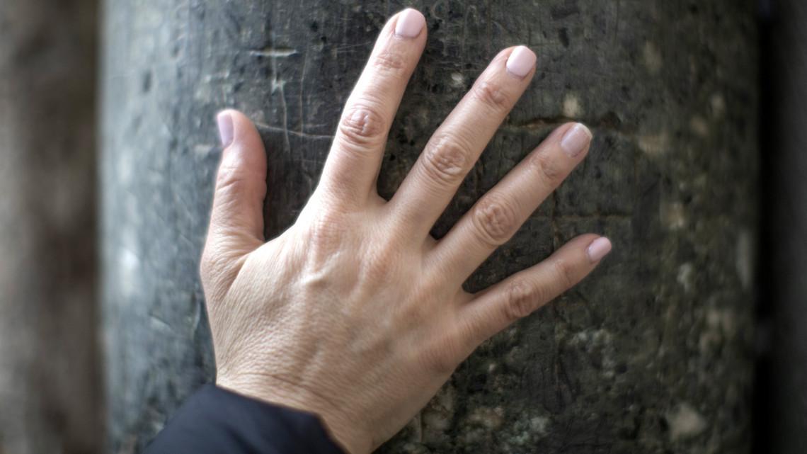 pikkelysömör az ujjakon)