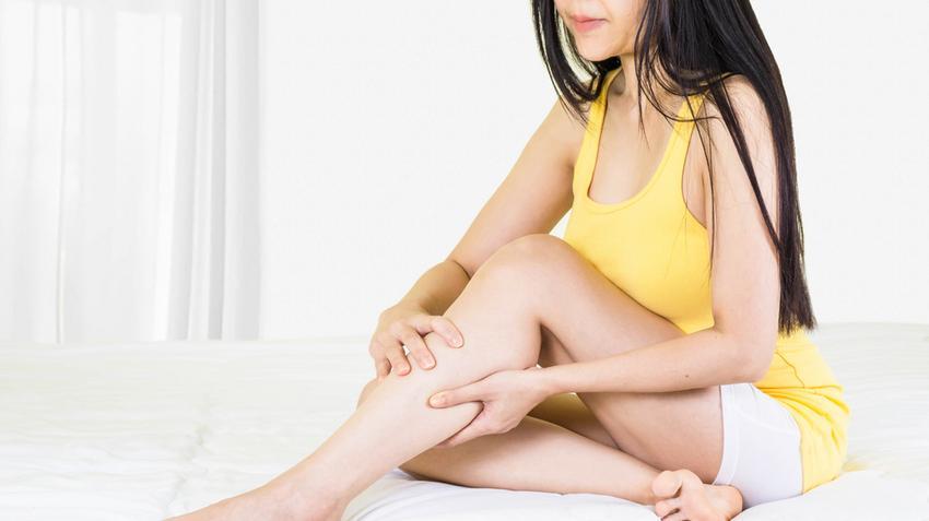 a lábakon lévő hővörös foltoktól)