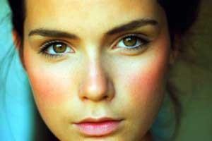 hogyan lehet eltávolítani a vörös foltokat az arcon)