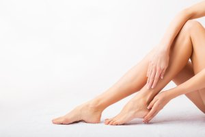 vörös foltok jelentek meg a lábakon, majd kékekké váltak)